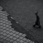 W piżamie na ulicy